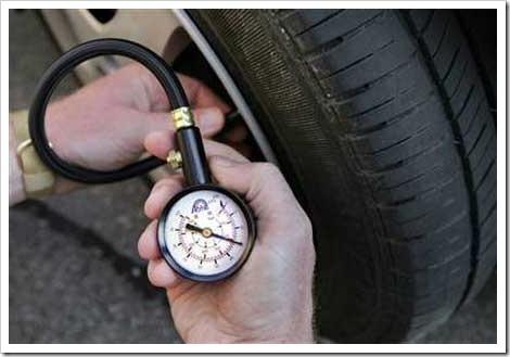 Применение манометра для оценки давления в шинах